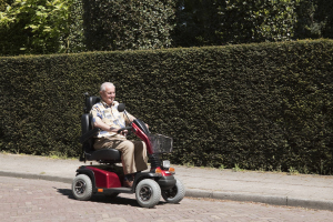Senior fährt Elektromobil
