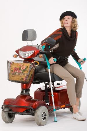 Frau mit Krücken und Elektromobil