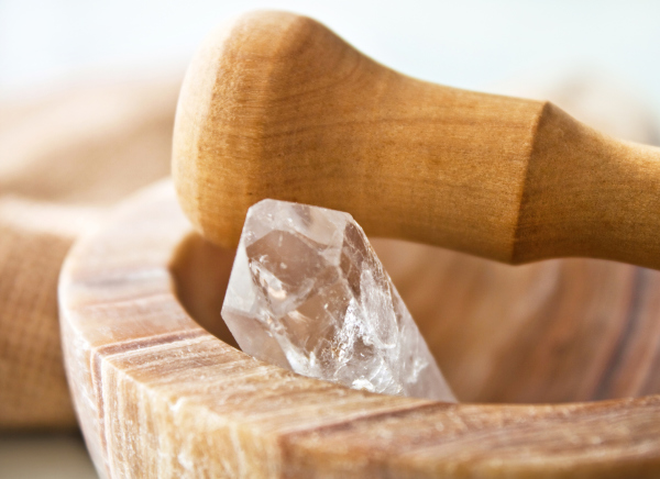 Kristall in Holzmörser