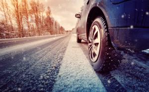 Mit Winterreifen auf verschneiter Straße fahren
