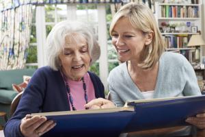 zwei Frauen schauen ein Album an