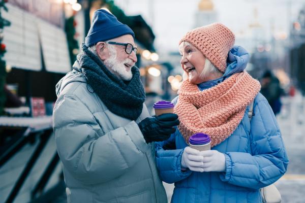 Älteres Paar in warmer Winterkleidung