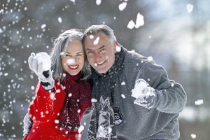 Älteres Paar mit Schneebällen in Händen