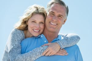 Glückliches Seniorenpaar vor blauem Himmel