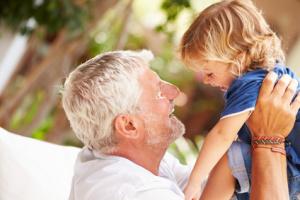 Grossvater lacht mit seiner Enkelin © Monkey Business Fotolia