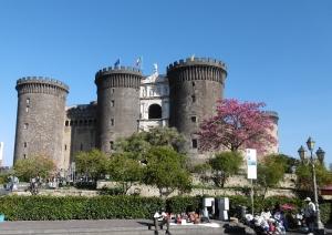 Beim Hafen: Castel Nuovo, einst Königsresidenz, mit blühendem Seidenbaum
