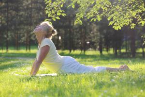 Frau macht Übungen auf einer Yogamatte