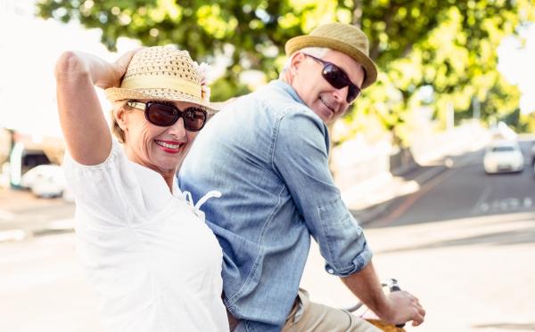 Glückliches Paar auf dem Fahrrad