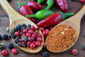 Pfefferbeeren, Chili und Gewürze