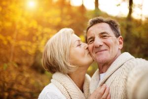 älteres Paar liebevoll zugewandt