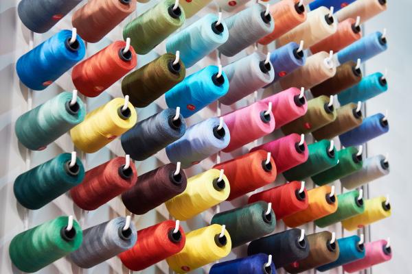 Verschiedene Nähgarne in bunten Farben
