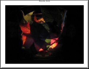 Teelicht aus Glas mit getrockneten Blättern