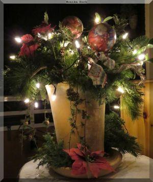 Allerlei Wintergrün mit Adventsdeko auf dem Balkon