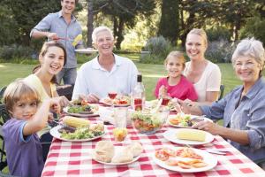 eine große Familie beim Grillen