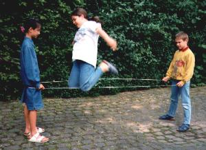 Kinder beim Gummitwist