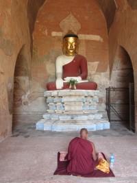 Mönch vor einer Buddha-Statue in Burma
