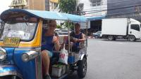 FA-Mitglied energy74 in einem offenen Taxi in Asien