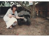 Agnesanne mit 150 Jahre alten Schildkröte in Kenia