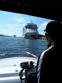 Kapitän fährt in Hafen mit Kreuzfahrtschiff ein
