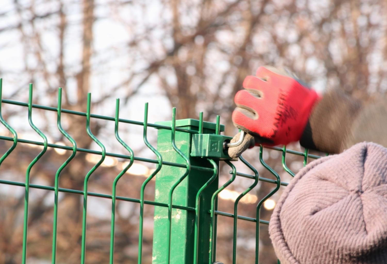 Come posare una recinzione a pannelli Nylofor 3D su muretto