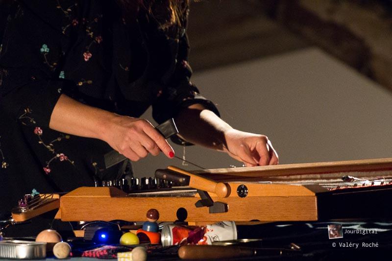 Sophie Agnel et son piano préparé