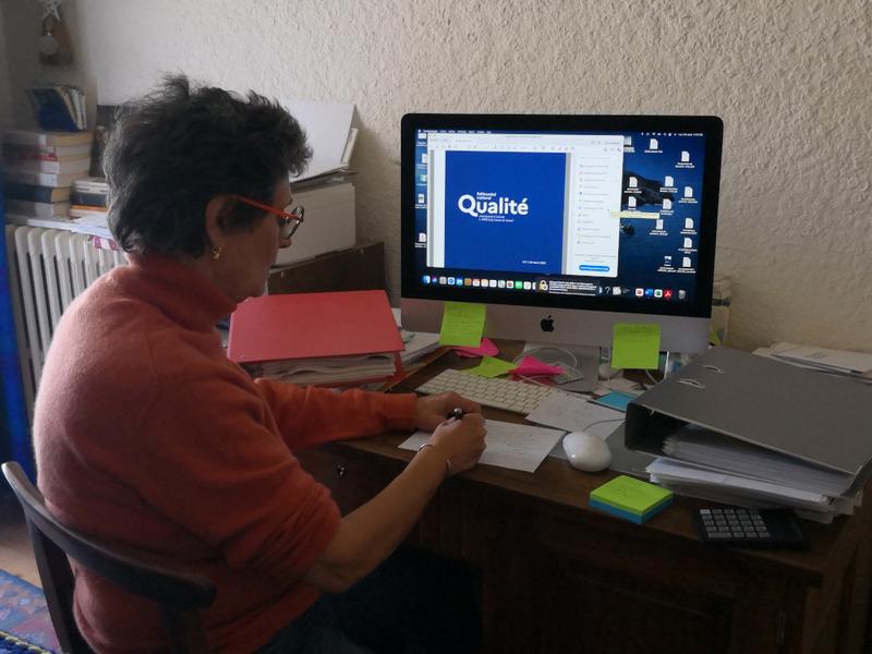 Mireille Baraz, en train de travailler sur le projet Qualiopi