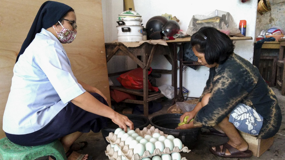 Transforming lives in Kediri : A micro-business for needy families
