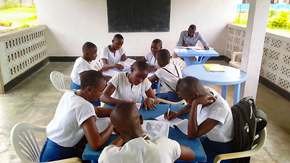 """Enlightening minds : A """"solar library"""" in Congo"""