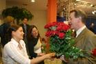Franz Müntefering verteilt Rosen an Neumitglieder