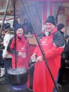 Harald Schwarz und Udo Brune (v.l.) am Topf mit heißer Feuerzangenbowle