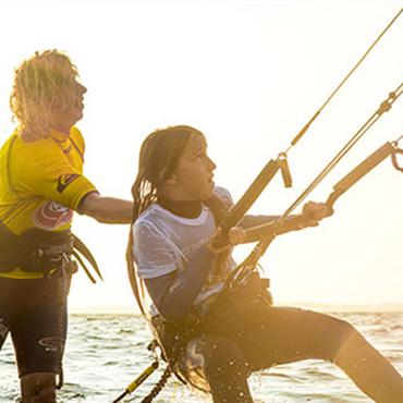 Kind beim Kiten lernen