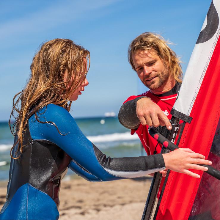 Kind beim Windsurfen lernen