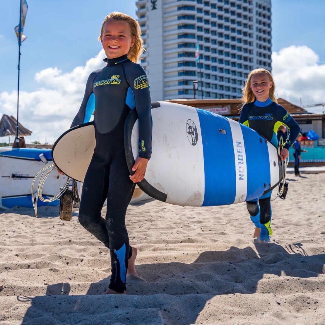 Kinder beim Surfkurs an der Ostsee