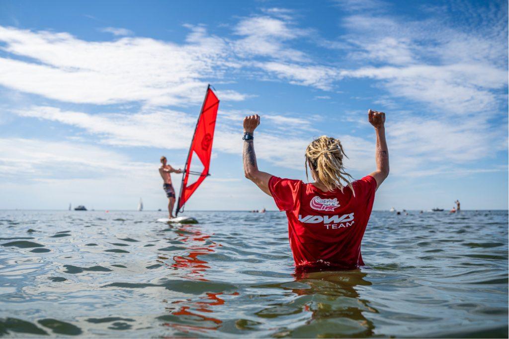 Surf Instructor motiviert beim windsurfen lernen