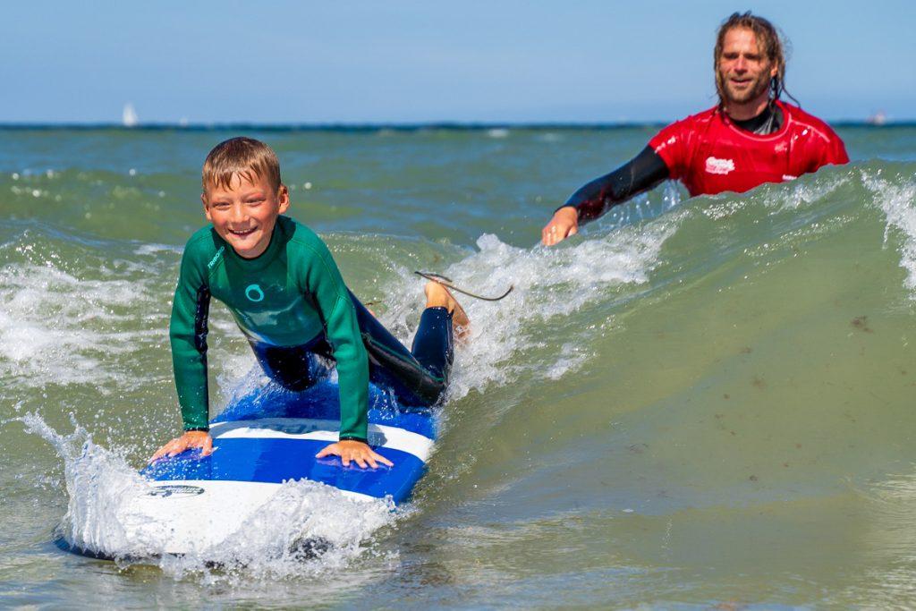 Kind beim Surfen lernen
