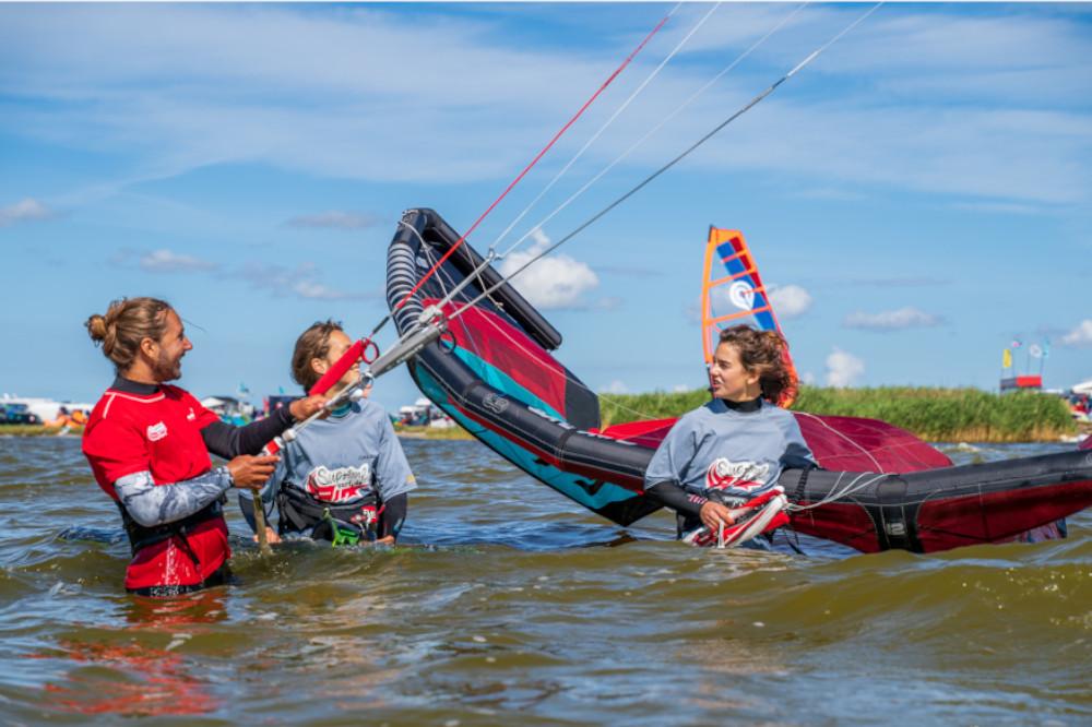Kitesurf Instructor mit Schülern auf dem Wasser