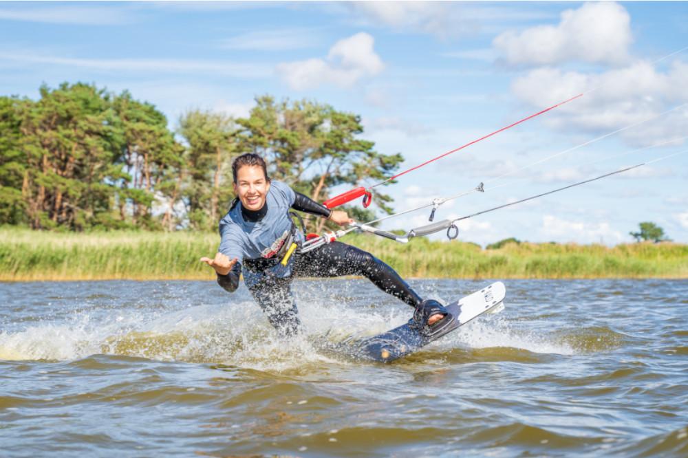 Mädchen hat Spaß beim Kitesurfen