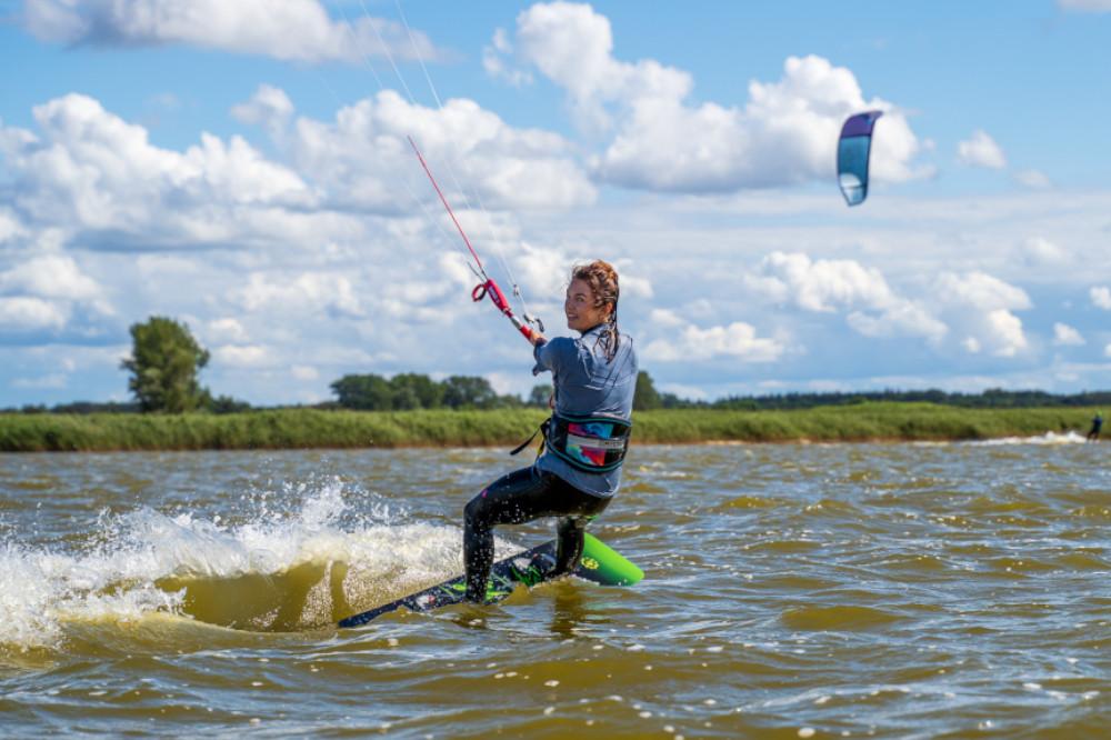 Kiterin auf dem Wasser am Saaler Bodden