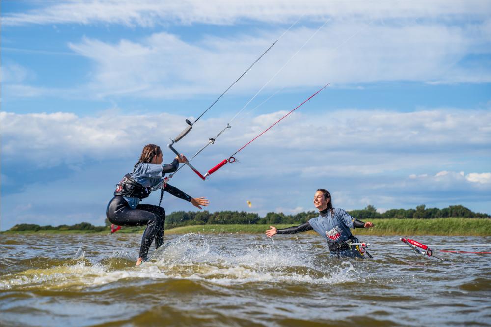 Kitesurferinnen beim Abklatschen