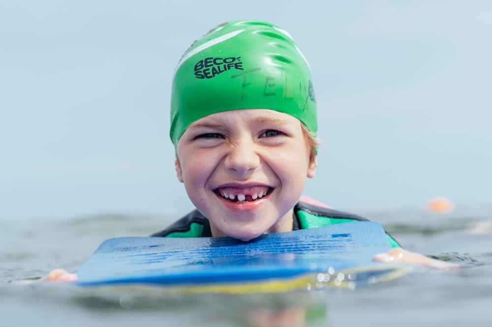 Kind beim Schwimmkurs am Strand