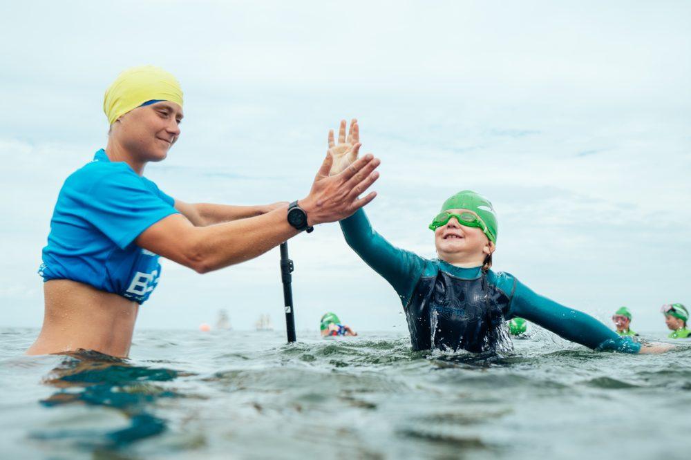 Schwimmlehrerinn mit Schülerin