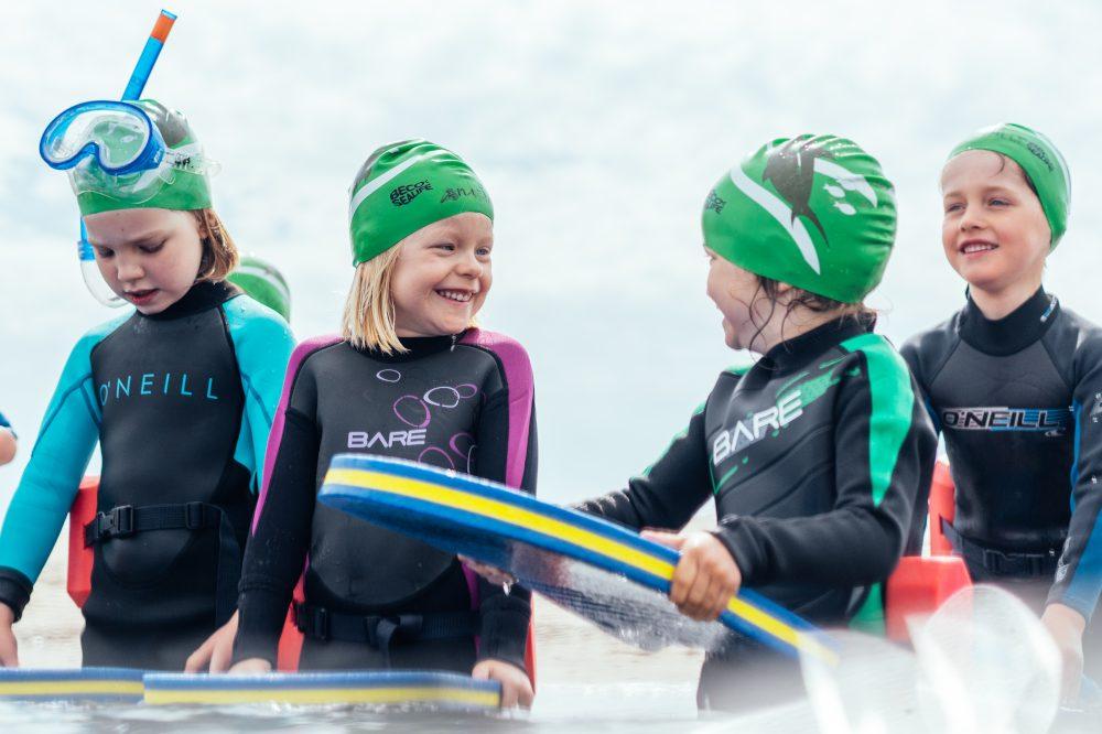 Mädchen beim Schwimmkurs im Meer