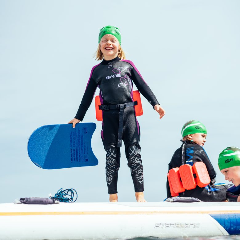 Mädchen hat Spaß beim Schwimmen im Meer