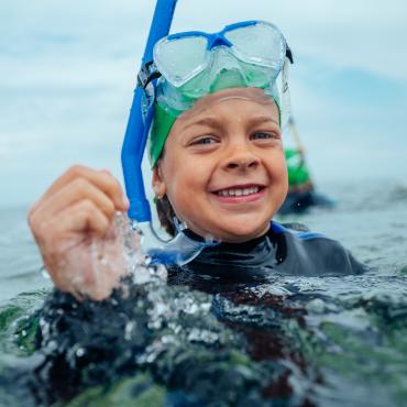 Junge schwimmt in der Ostsee