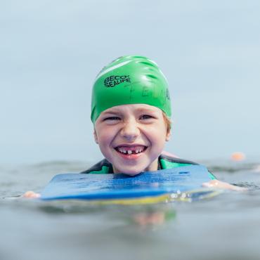 Junge beim Schwimmen im Meer