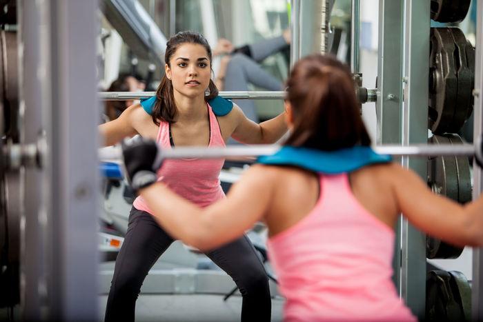 Frau macht squat