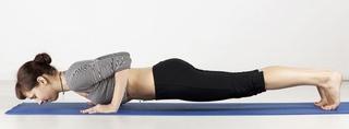 hatha yoga frau im plank