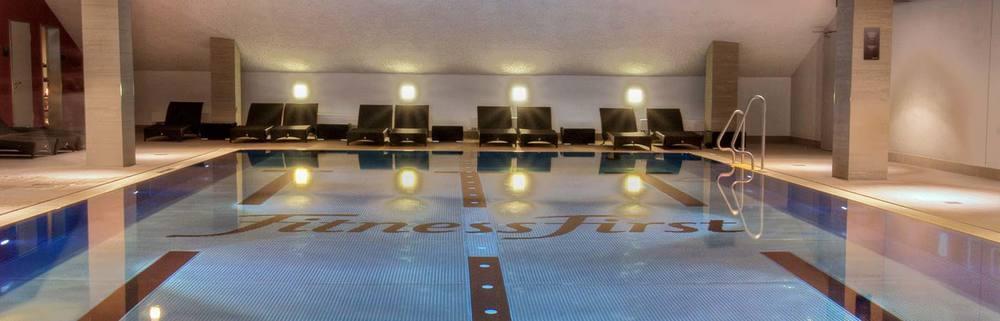 Schwimmen pool becken fitness first