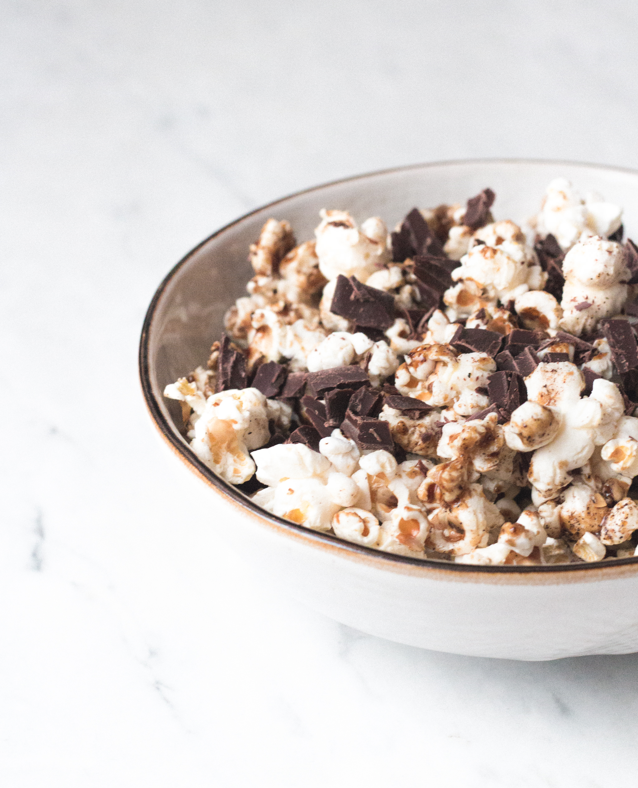 Karamell & Chocolate Chip Popcorn {flowers on my plate}
