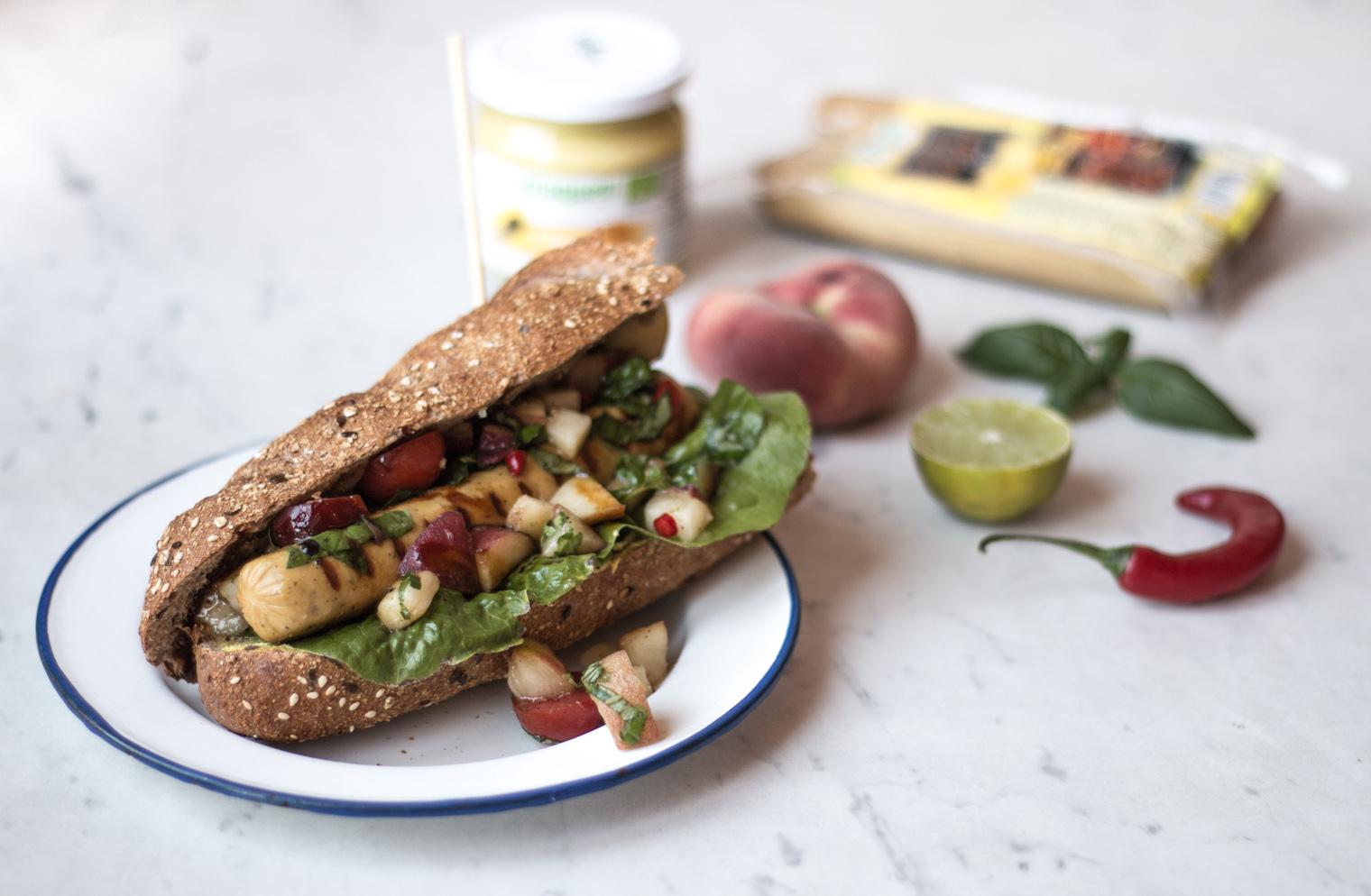 Vegetarische Grillcurrywurst mit Pfirsichsalsa {flowers on my plate}